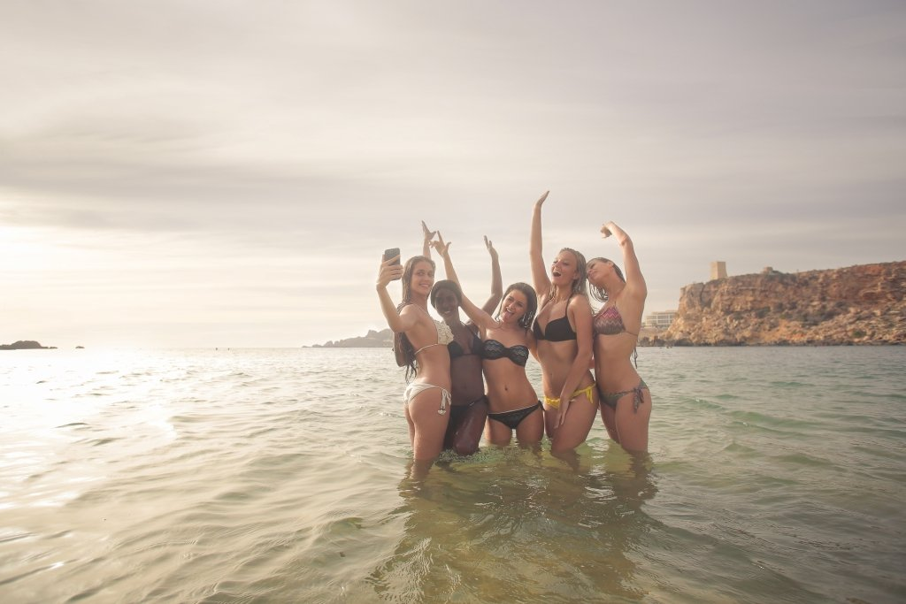 girls in water selfie